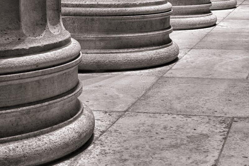 Het architecturale Voetstuk van de Kolom op de Marmeren Vloer van de Plak stock afbeeldingen