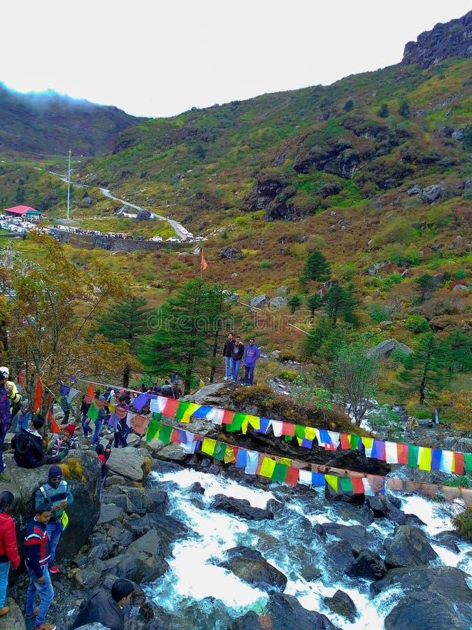 Het Arialschot van mensen die van de mooie die mening genieten door bergen en water wordt omringd valt in Sikkim, India op 14 Okt stock foto