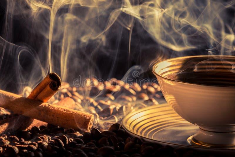 Het aroma van de kaneel van gebrouwen koffie stock foto's
