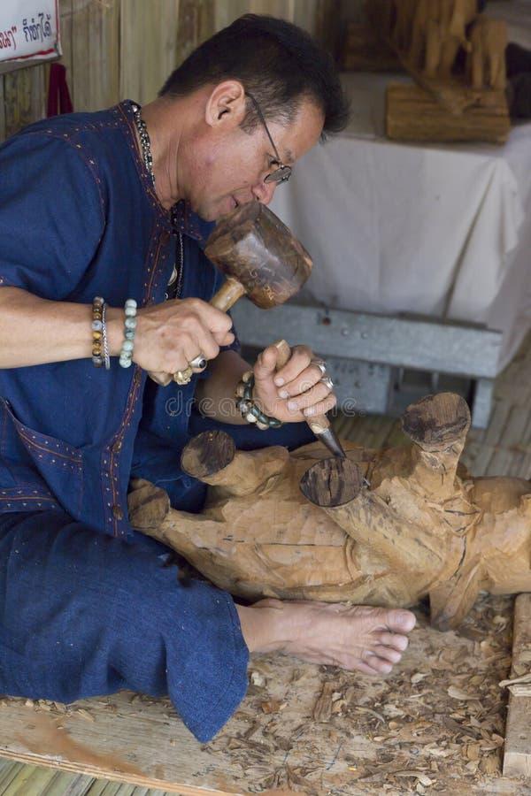 Het artisanale de olifantsbeeldje van het gravure houten beeldhouwwerk stock foto
