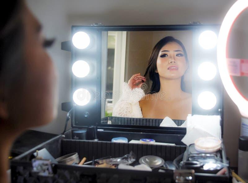 Het artistieke glanzende portret van jonge mooie en schitterende Aziatische Chinese vrouw bij maakt omhoog schoonheidsruimte kijk royalty-vrije stock foto