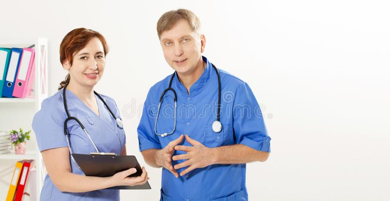 Het artsenteam diskussing iets in de kliniek, exemplaar ruimte, medische verzekering, gezondheidszorgconcept royalty-vrije stock afbeeldingen