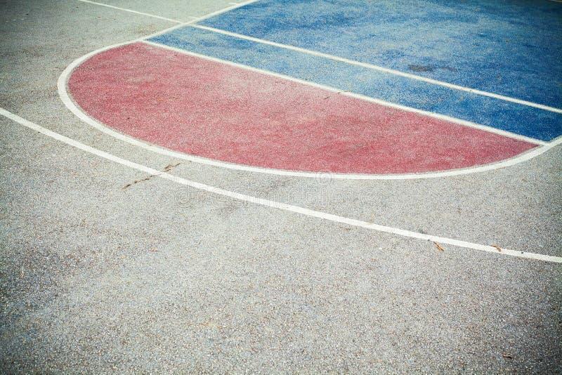 Het Asfalt van de basketbalbinnenplaats stock foto