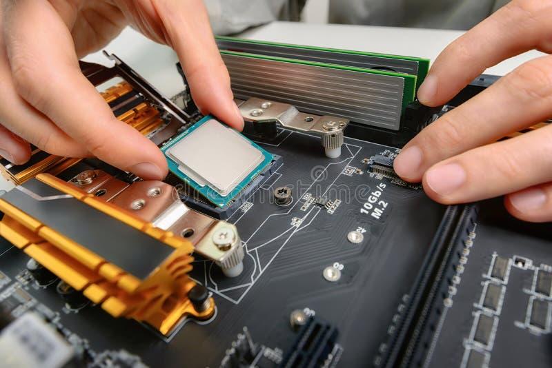 Het assembleren computerdelen, close-up royalty-vrije stock afbeelding
