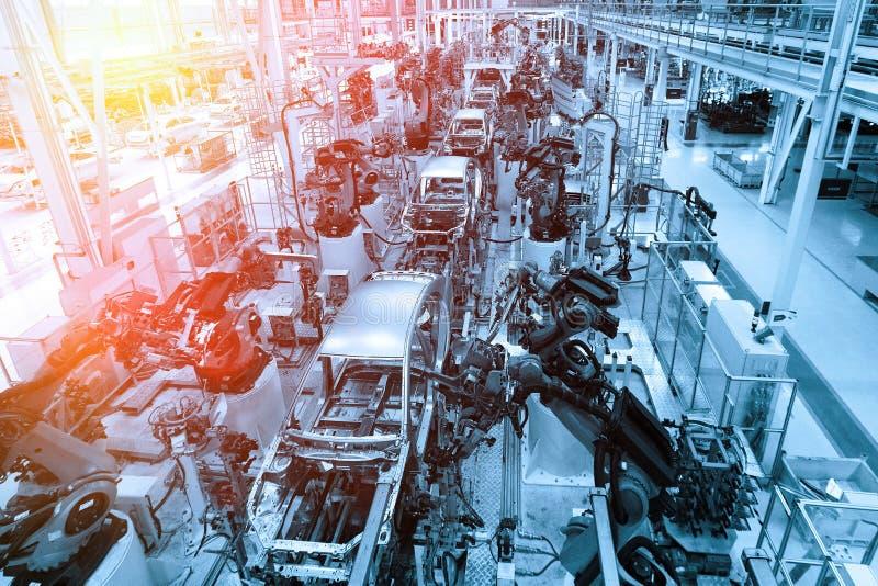 Het assembleren delen van de autorobots geautomatiseerd bouw proces van auto's Fabriek voor productie van auto's in blauw Blauwe  royalty-vrije stock afbeelding