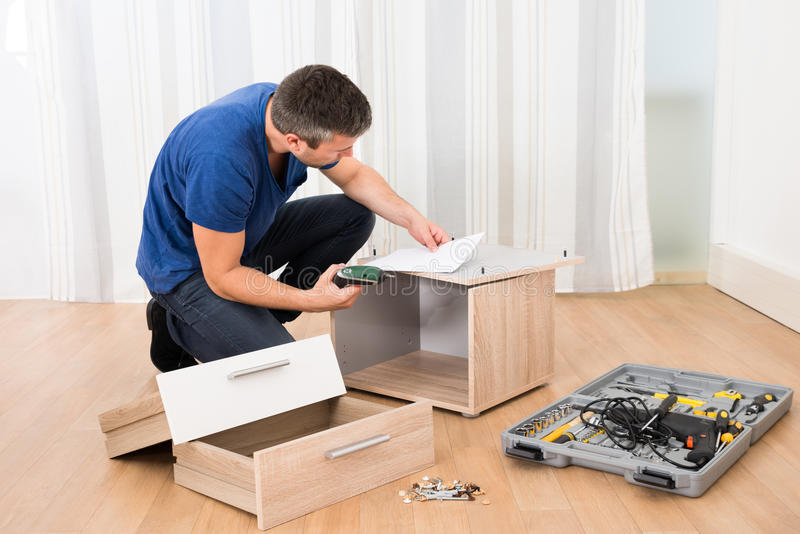 Het assembleren van de timmerman meubilair royalty-vrije stock afbeelding