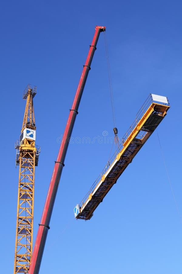 Het assembleren van torenkraan die een mobiele kraan met behulp van royalty-vrije stock foto