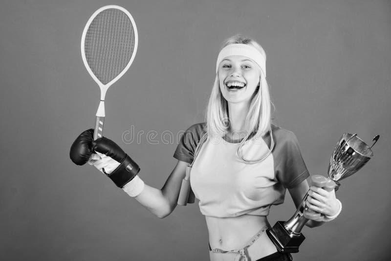 Het assortiment van de sportwinkel De greep gouden drinkbeker van de meisjes vrolijke succesvolle moderne vrouw van het sportkamp stock afbeelding
