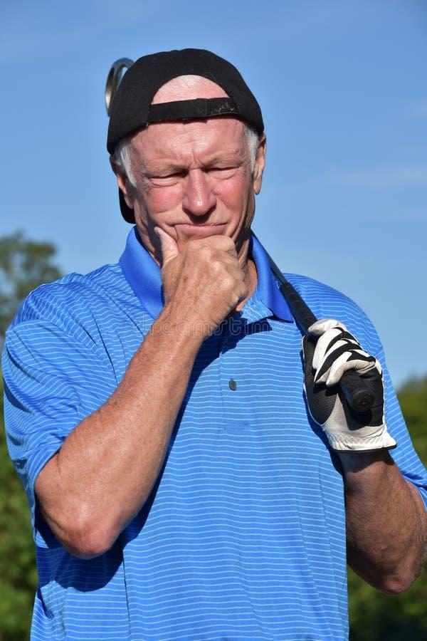 Het atletische Besluit die van de Gepensioneerden Mannelijke Golfspeler - met Golf Club maken die Golf spelen stock fotografie