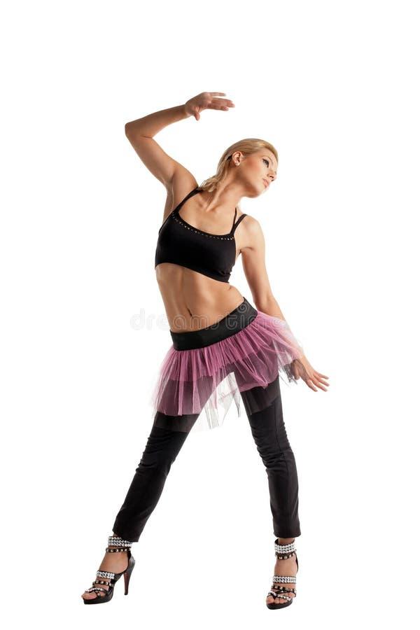 Het atletische jonge vrouw stellen in het kostuum van de danssport stock foto
