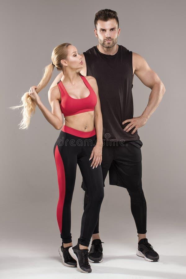 Het atletische paar stellen in studio royalty-vrije stock afbeeldingen
