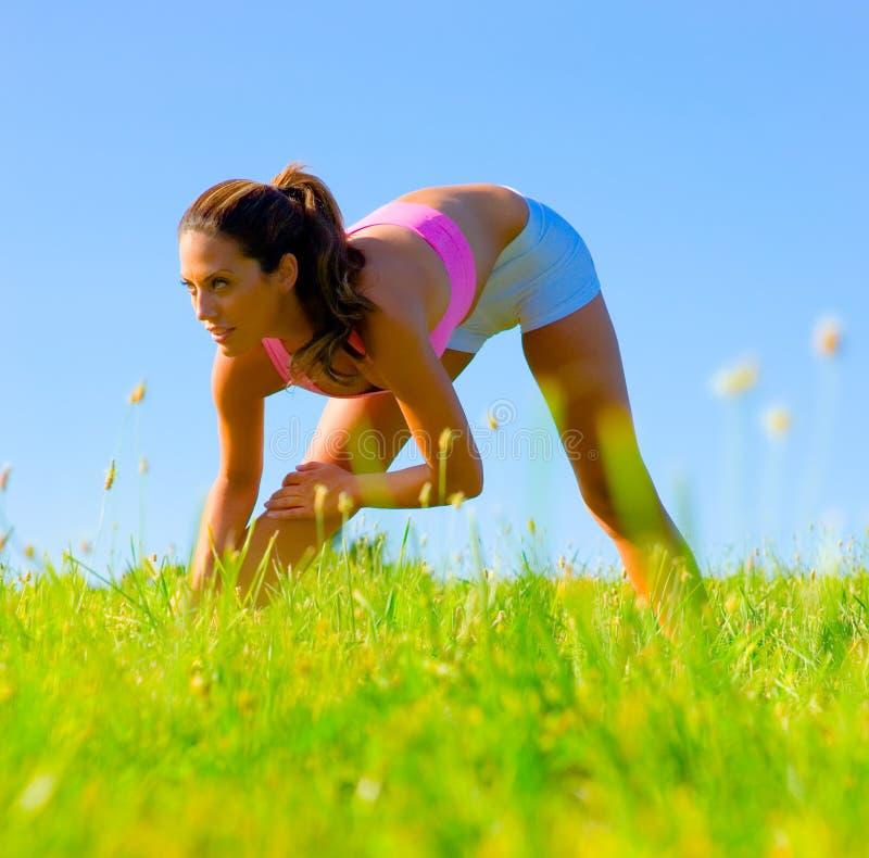 Download Het Atletische Uitoefenen Van De Vrouw Stock Afbeelding - Afbeelding bestaande uit groen, horizon: 10784043
