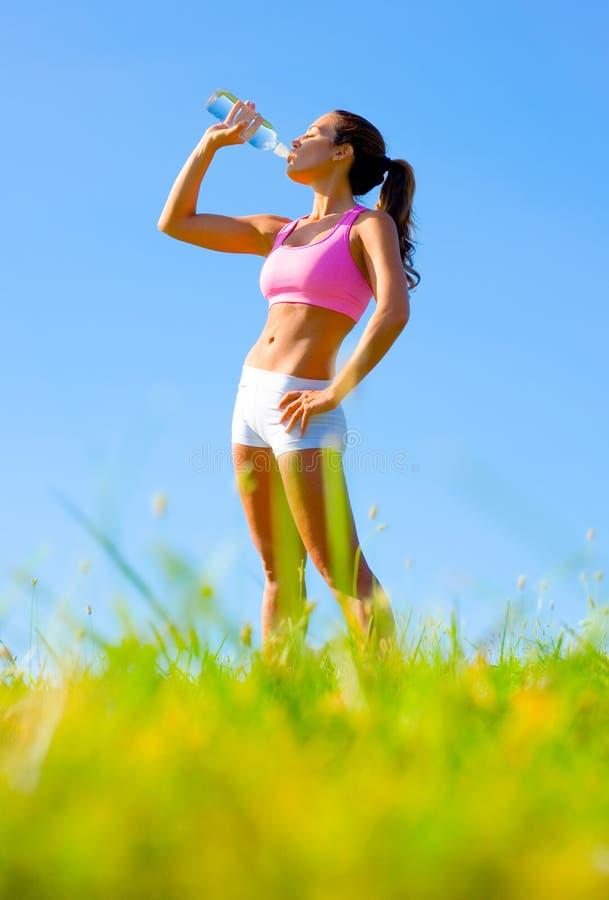 Download Het Atletische Uitoefenen Van De Vrouw Stock Foto - Afbeelding bestaande uit blauw, kaukasisch: 10784062