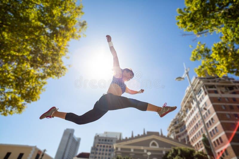 Het atletische vrouw springen stock foto