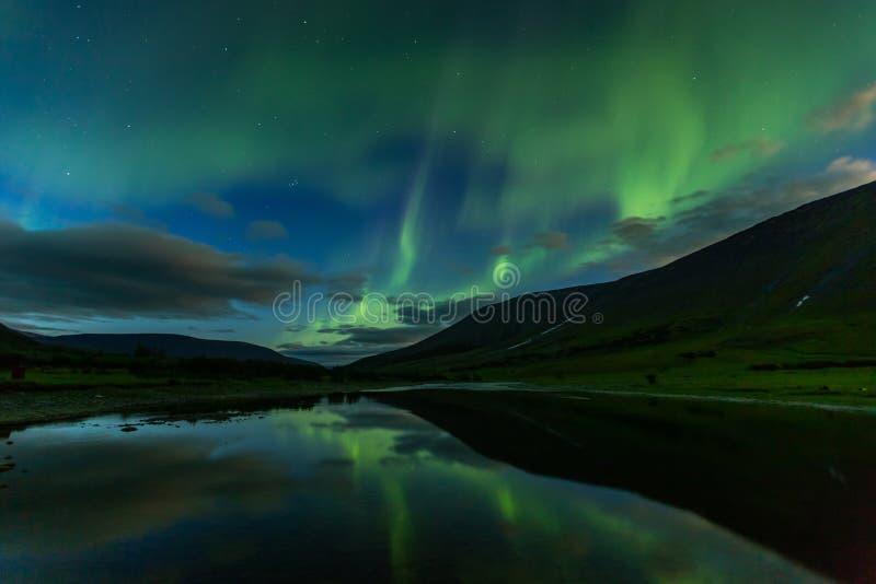 Het aurora borealis in de nachthemel snijdt de bergen royalty-vrije stock afbeelding