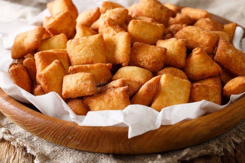 Het authentieke receptenwesten - de Afrikaanse close-up van snackchin chin in een kom stock foto's