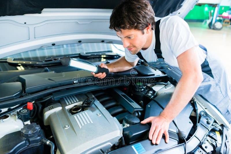 Het auto mechanische werken in de autodienst royalty-vrije stock afbeelding