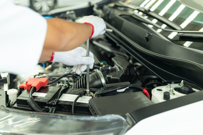 Het auto mechanische werken in garage, de Dienstcentrum van de Autoreparatie royalty-vrije stock afbeelding