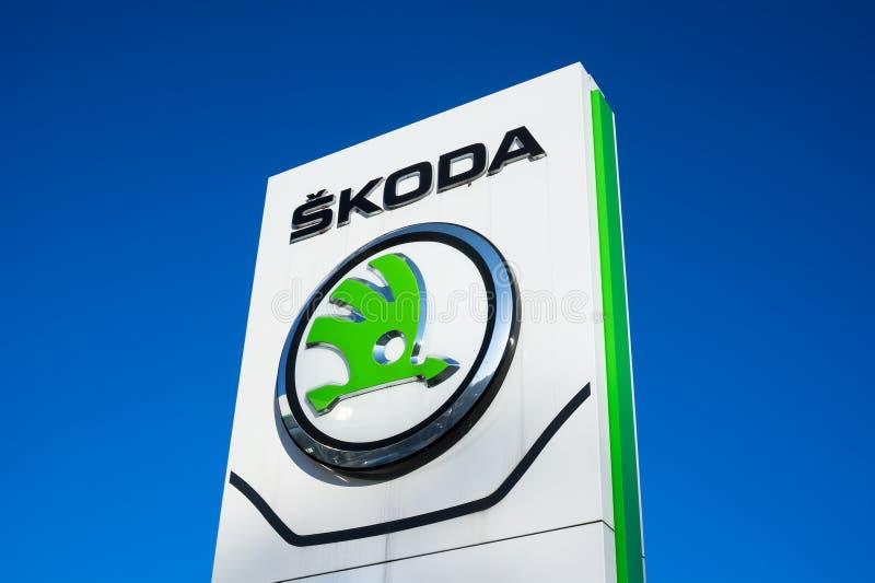 Het Autoembleem van Skoda op uithangbord stock foto's