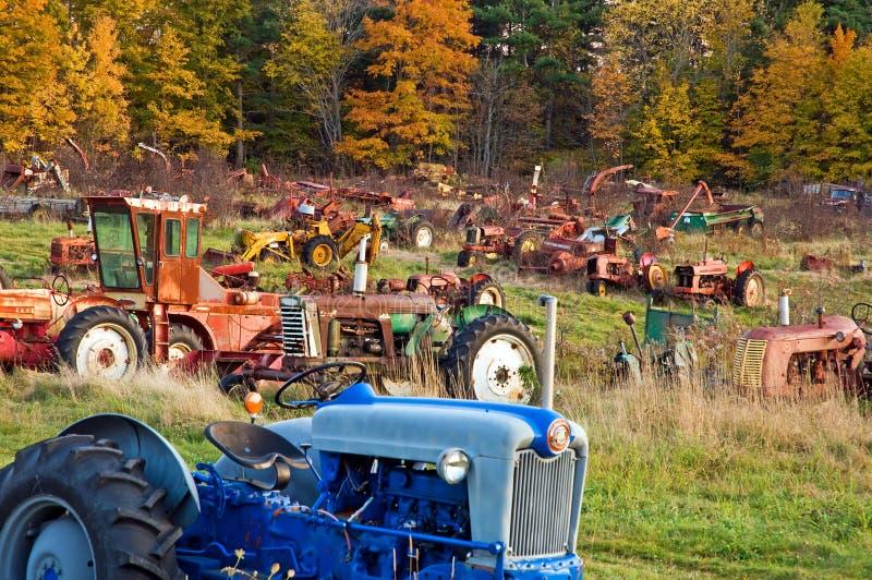 Het autokerkhof van de tractor bij schemer royalty-vrije stock fotografie