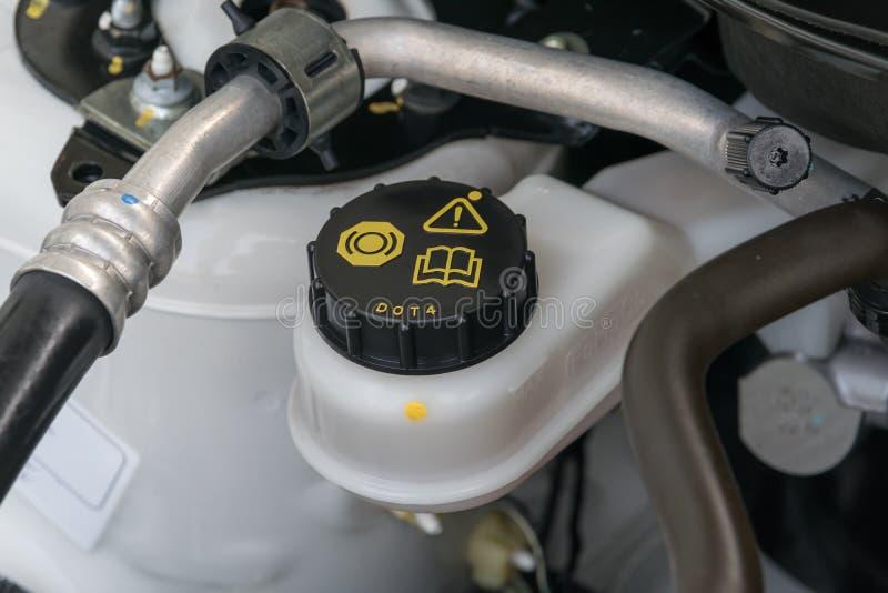 Het autoonderhoud, controleert het niveau van rem en koppelingsvloeistof stock foto's