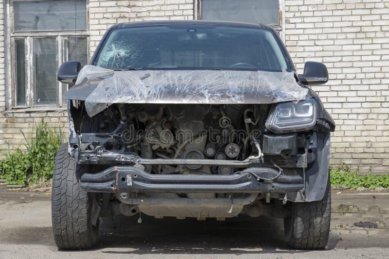 Het autoongeval, het autoongeval, de voorzijde van de verpletterd en slecht gebroken auto, de autobehoeften herstellen de dienst, stock foto's
