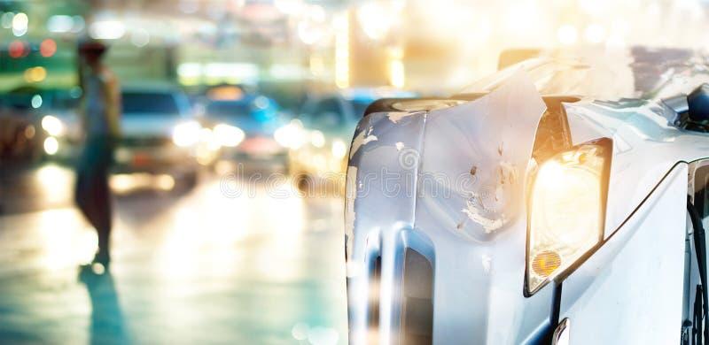 Het autoongeval veroorzaakt opstoppingen in kleurrijk licht en regen op stadsstraat stock fotografie