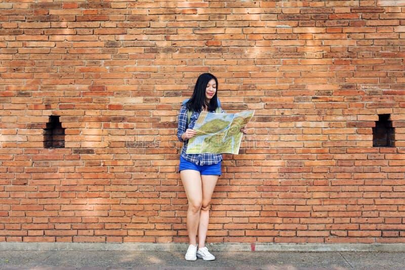 Het Avonturenconcept van Backpacker van de vrouwenreis stock afbeeldingen