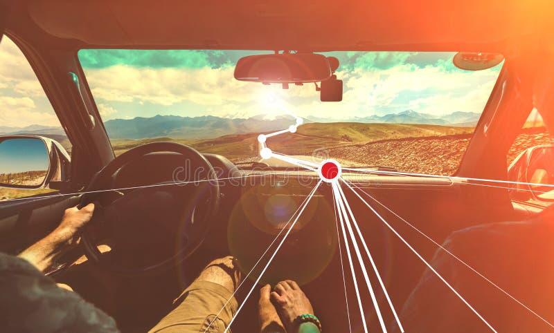Het avonturenconcept van de wegreis Een paar reist rond het land gebruikend vergroot realityÑŽ Gestemd Beeld stock afbeeldingen