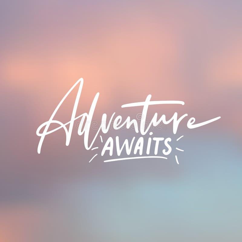 Het avontuur wacht op - het met de hand geschreven van letters voorzien, het citaat van de de zomervakantie bij het abstracte ond vector illustratie