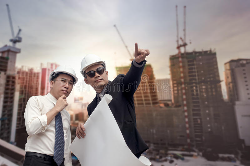 Het Aziatisch zakenman kijken en punt aan vinger weg en ingenieur royalty-vrije stock fotografie