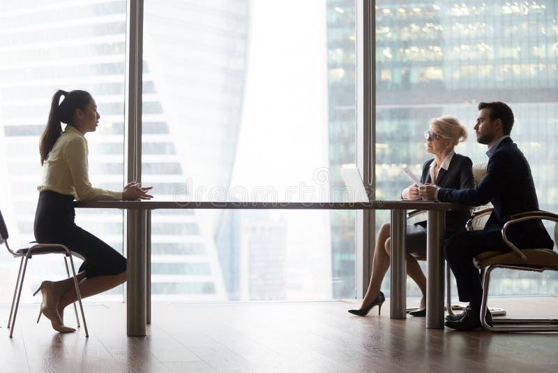 Het Aziatische aanvragende introduceren die aan u-managers bij baangesprek spreken royalty-vrije stock fotografie