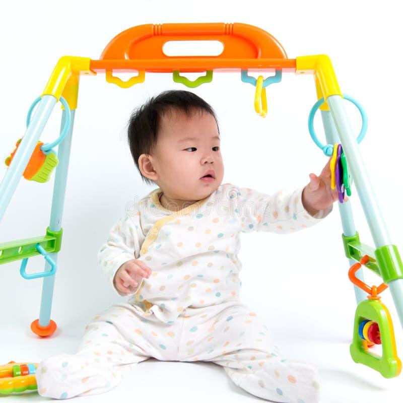 Het Aziatische baby spelen stock afbeeldingen