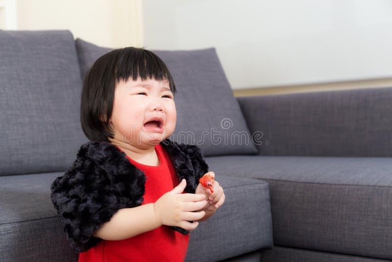 Het Aziatische babymeisje schreeuwen stock afbeeldingen