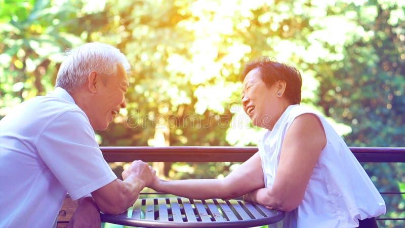 Het Aziatische bejaarde oude paar compromitteren in het geheim van het huwelijksleven van duurzame liefde royalty-vrije stock afbeelding