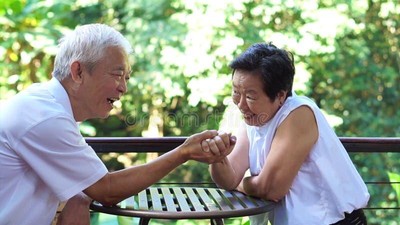 Het Aziatische bejaarde oude paar compromitteren in het geheim van het huwelijksleven van duurzame liefde royalty-vrije stock fotografie