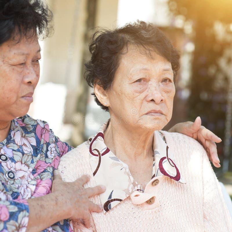 Het Aziatische bejaarden openlucht babbelen royalty-vrije stock foto's