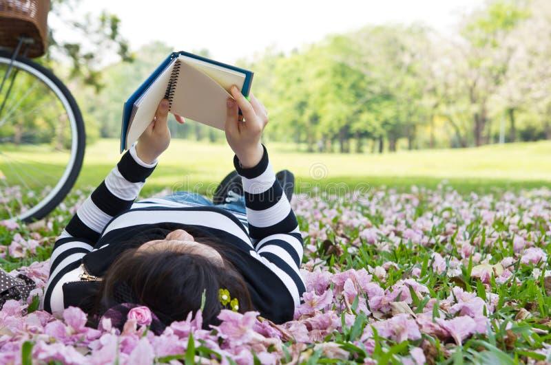 Het Aziatische boekje van de vrouwenlezing stock foto