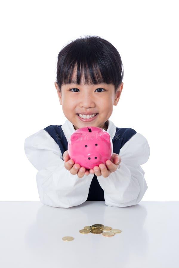 Het Aziatische Chinese spaarvarken van de meisjeholding royalty-vrije stock afbeeldingen