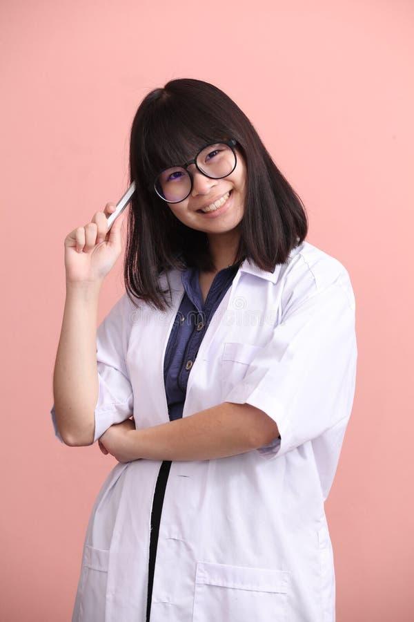 Het Aziatische de pen van de wetenschapperholding denken stock foto