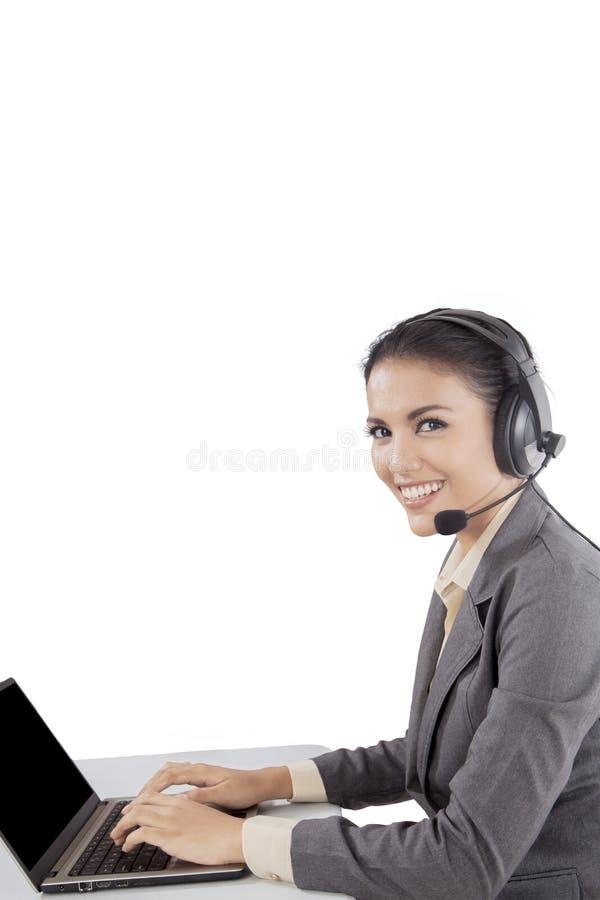 Het Aziatische die meisje van de klantendienst over witte achtergrond wordt geïsoleerd royalty-vrije stock afbeeldingen