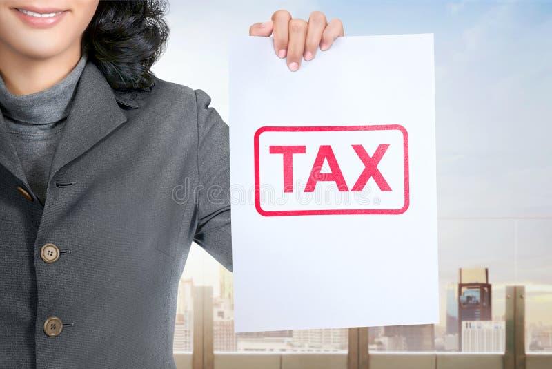 Het Aziatische document van de bedrijfsvrouwengreep met belastingstype stock fotografie