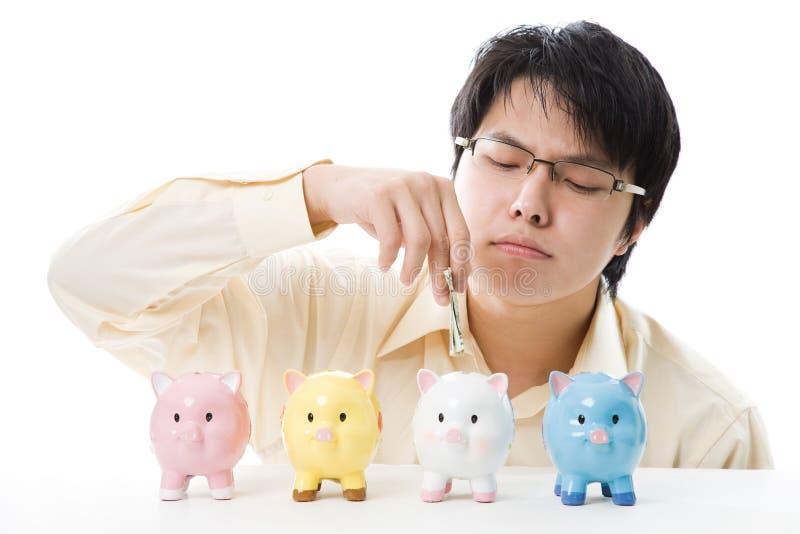 Het Aziatische geld van de zakenmanbesparing stock foto