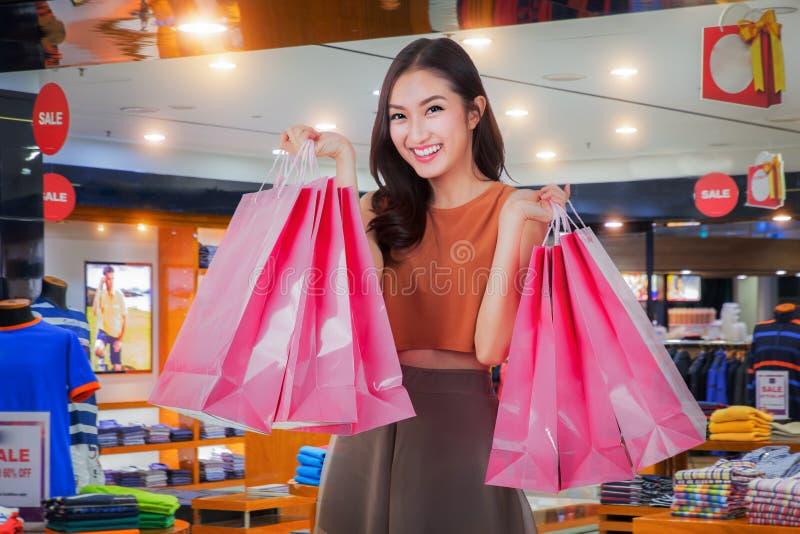 Het Aziatische gelukkige meisje geniet van winkelend royalty-vrije stock foto