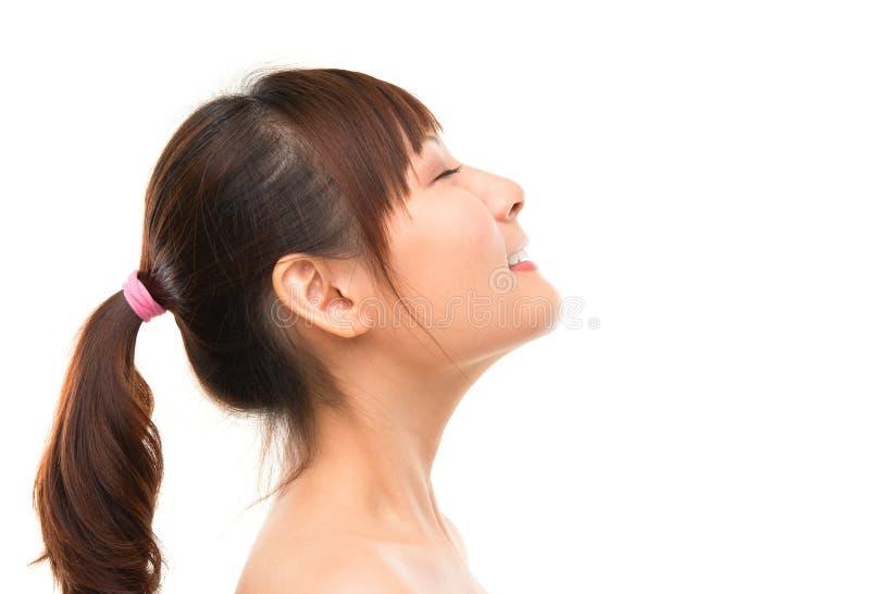 Het Aziatische het zijaanzicht diepe adem van de skincarevrouw verfrissen zich stock afbeelding