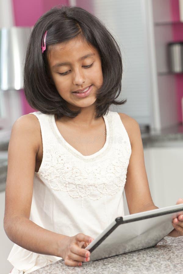 Het Aziatische Indische Kind dat van het Meisje de Computer van de Tablet met behulp van royalty-vrije stock afbeeldingen