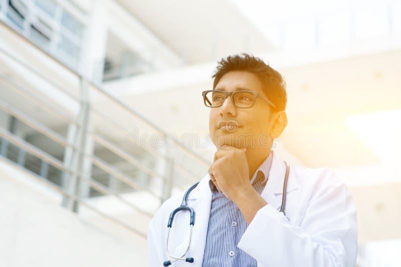 Het Aziatische Indische medische arts denken royalty-vrije stock fotografie