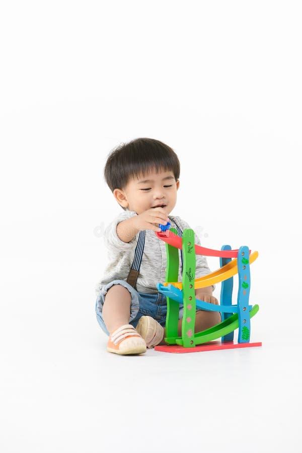 Het Aziatische jong geitje spelen met stuk speelgoed royalty-vrije stock afbeelding