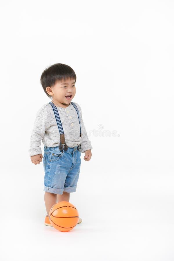 Het Aziatische jong geitje spelen met stuk speelgoed royalty-vrije stock foto's