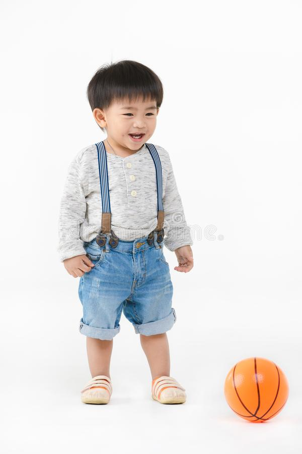 Het Aziatische jong geitje spelen met stuk speelgoed stock afbeeldingen